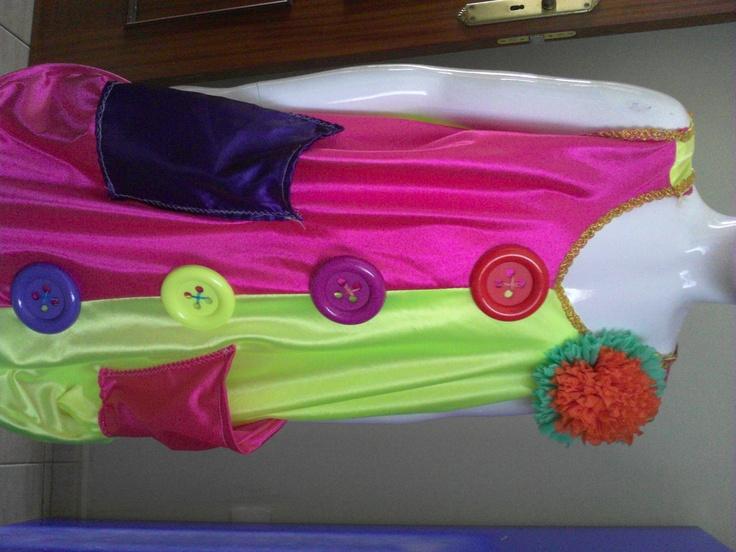 disfraz de payaso  con botones, parches aplicados, flores en papel crepé