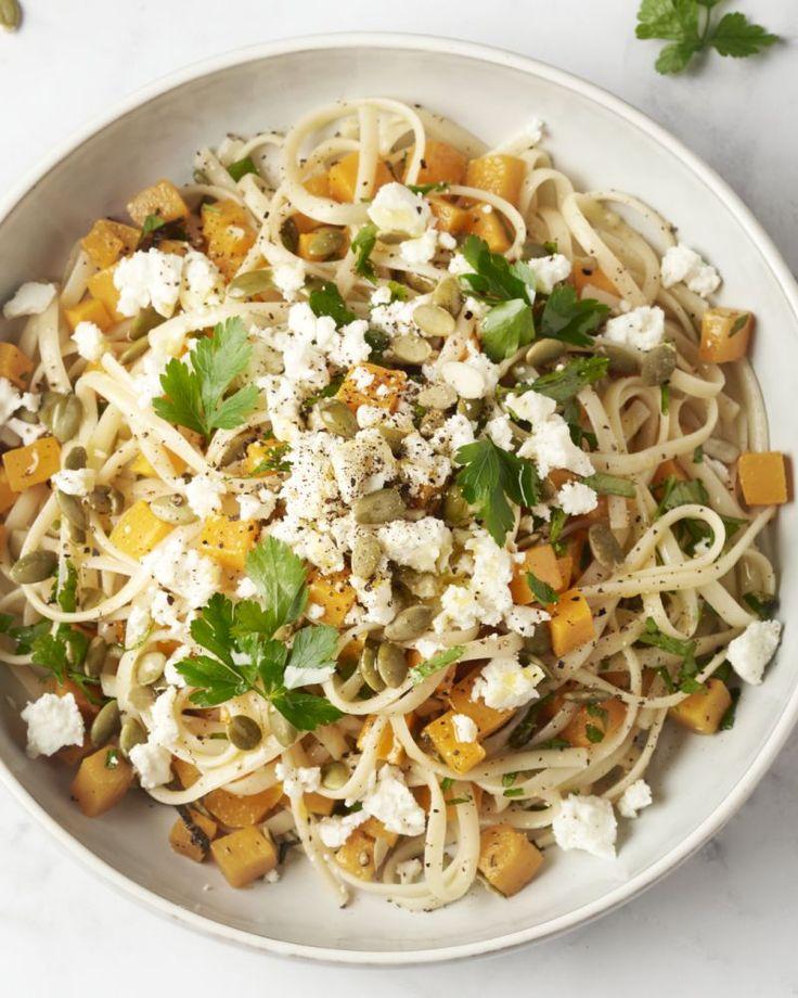 Linguine met daarbij blokjes geroosterde pompoen en zijn beste vriendje salie erbij. Deze heerlijke pasta wordt afgewerkt met pompoenpitten en feta. Smakelijk!