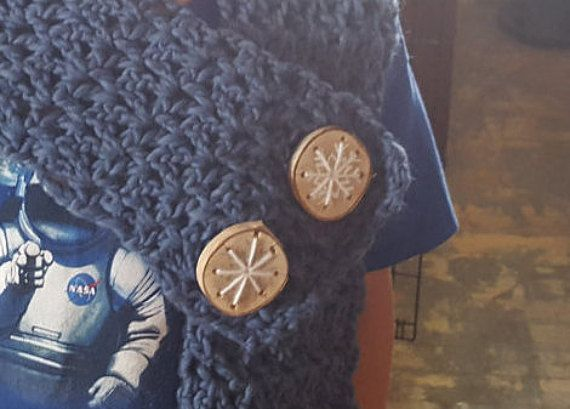 Hey, I found this really awesome Etsy listing at https://www.etsy.com/ca/listing/470000858/snowflake-live-edge-wood-slice-buttons