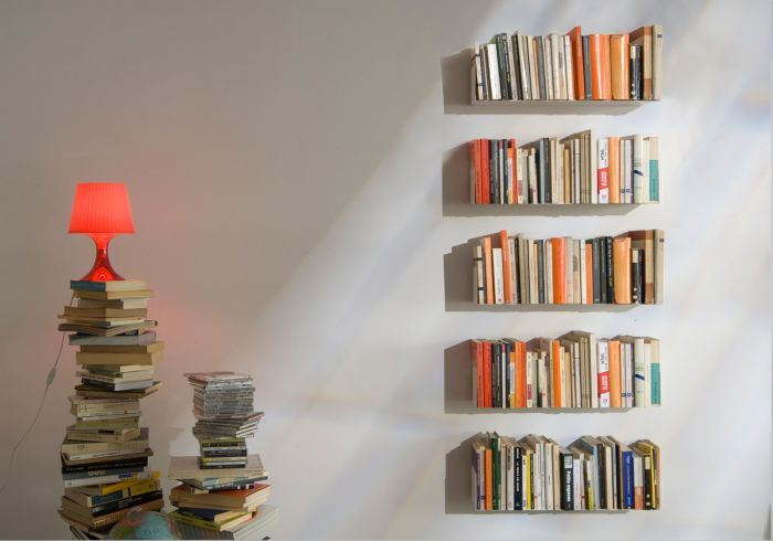 To create your own JUDD design bookcase, made up of 5 'U' wall shelves in white, grey or red, simply click on the desired colour.