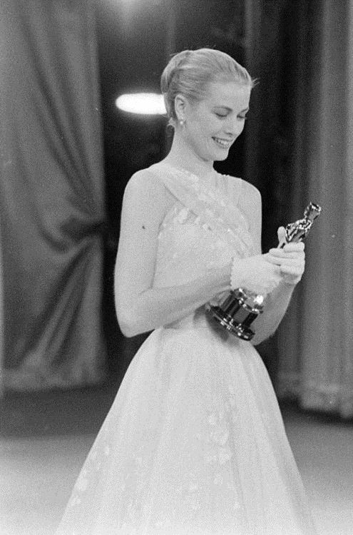 Grace Kelly at the 1956 Academy Awards That dress, that smile ♥ This is the Oscar I saw in person at the Grace Kelly exhibition here in Montreal.