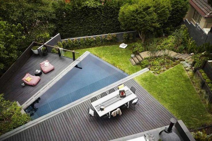 terrasse de jardin en pente, parement bois composite, meubles design