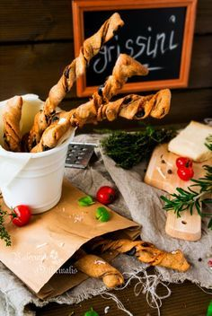 Grissini - традиционные итальянские хлебные палочки, которые подаются к вину в качестве легкой закуски вместе с ветчиной, сырами, оливками и фруктами. Их можно…
