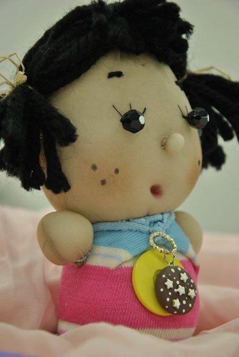 Cipollina mora, realizzata con calze, fili di lana nero, bottone e biscotto in pasta di mais.