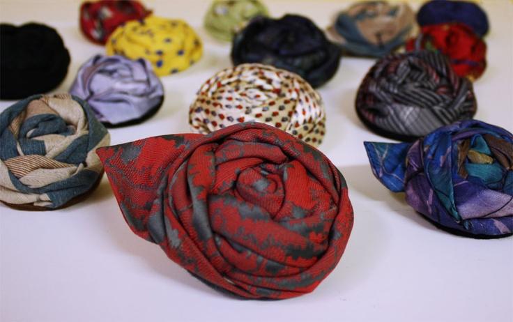 Kravattiruusuja ------ Necktie flower brooches
