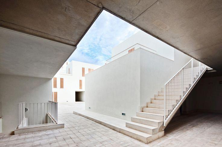 A Maiorca, gli architetti spagnoli Pep Ripoll e Juan Miguel Tizón optano per una scala domestica curata nei dettagli, senza tralasciare il rigore e la standardizzazione richieste dai progetti di edilizia sociale.