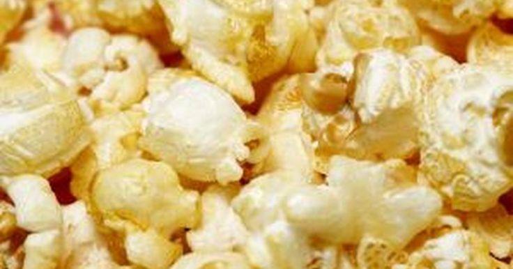 Em qual temperatura a pipoca estoura?. A pipoca é um tipo de grão de milho que estoura e se infla quando exposto ao calor. O milho pode ser estourado removendo os grãos da espiga, secando-os e colocando-os sobre uma fonte de calor, como um fogão. A pipoca pode ser estourada no micro-ondas, com o auxílio de um saco de pipocas para micro-ondas, ou sobre uma chama. Pipoqueiras caseiras ...