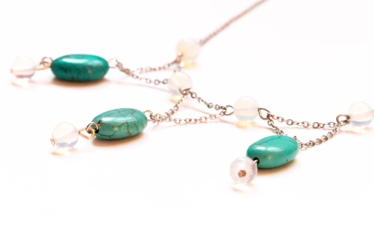 Trois petites pierres d'amitié  Bijou créateur, fait main.  Raz du cou, composé de véritables turquoises et pierres de lune, Chaîne d'acier inoxydable.