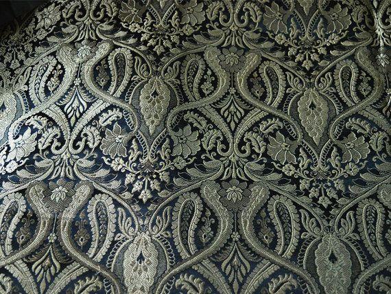 Este es un hermoso benarse pesado brocado de seda de tela diseño floral puro en negro y oro. La tela ilustrar oro vides florales tejidas sobre fondo Negro.  Puede utilizar esta tela para hacer...