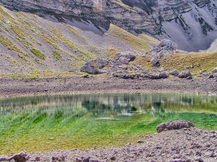 """Simone Calandri, """"Riflessi verdi"""", Laghi di Pilato, Parco Nazionale #MontiSibillini # , #Marche #escursionismo #hiking #laghi #natura #escursione #escursioni #outdoor Escursionismo.it"""