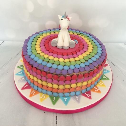 bolo decorado com M&Ms