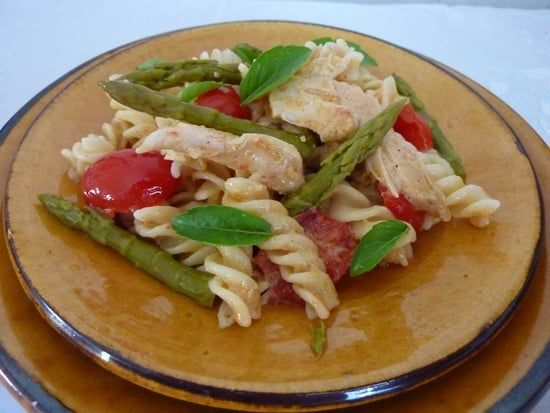 Recette de Salade de pâtes aux asperges vertes et au poulet : la recette facile
