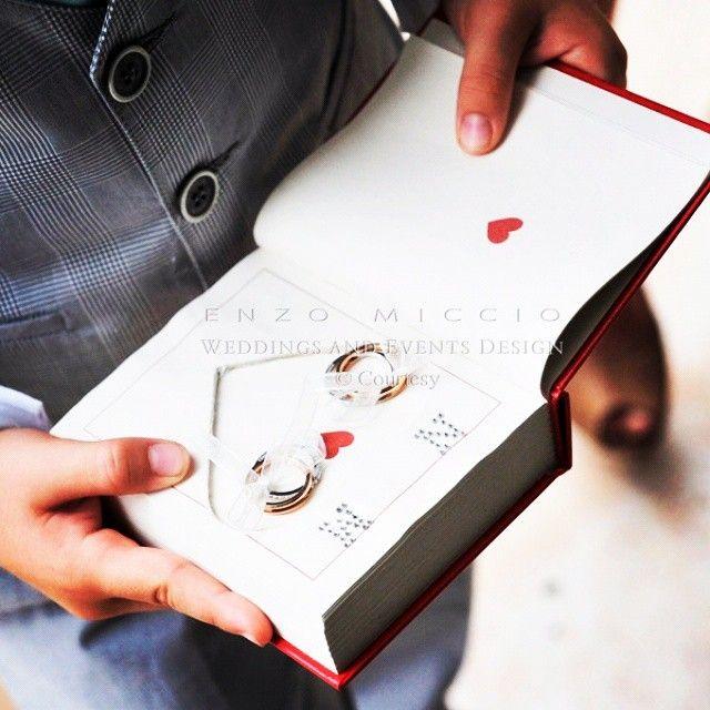 #EnzoMiccio Enzo Miccio: Sopra il cuscino portafedi saranno adagiate le fedi nuziali, protagoniste di uno dei momenti più emozionanti della celebrazione.. Se siete amanti della lettura vi consiglio un portafedi a forma di libro... Originale, vero? Buon lunedì Enzo #enzomiccio #enzomicciostyle #wedding #matrimonio #specialwedding #weddingphotography #weddingplanner #weddingdetails #rings #love #dream