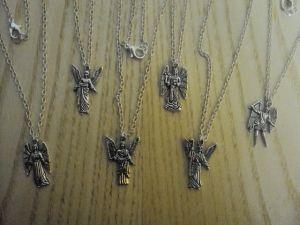 5,80€/kpl + toimituskulut. www.urielkorut.com  Enkelit noin 2,5 cm * 1,2 cm, Tiibetin hopeaa. Enkelien takana lukee myös niiden nimet.    Vasemmalta ylhäältä lukien Uriel, Zadkiel ja Mikael ja vasemmalta alhaalta lukien Samuel, Jofiel ja Rafael