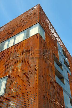 moderno edificio con pelle di metallo arrugginito  Archivio Fotografico