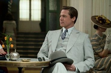 Píše se rok 1942 a Max Vatan (Brad Pitt) seskakuje padákem do dun marocké pouště s cílem zabít v Casablance německého velvyslance. V městě se setkává s Francouzkou Marianne (Marion Cotillard), která má hrát roli jeho manželky a pomoci mu se splněním…