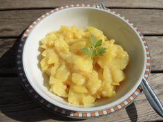 Schwäbischer Kartoffelsalat ohne Mayonnaise, nach einen Rezept aus der Sansibar auf Sylt. Lässt sich gut im Thermomix zubereiten, klappt aber auch ohne.