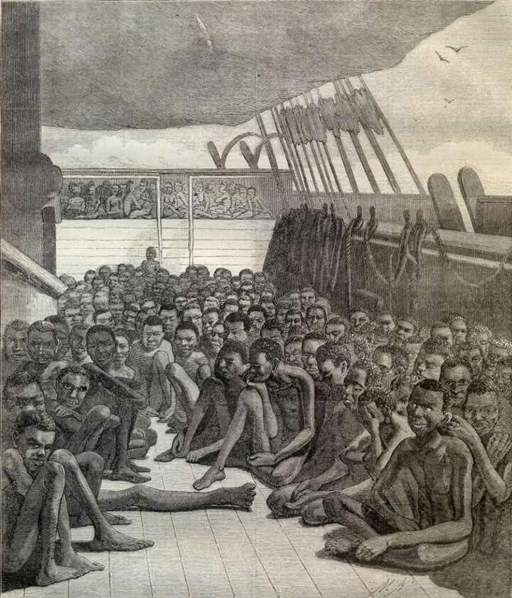 Hoe verliep de reis van slavenschepen naar Suriname?  Voordat de slaven verkocht werden in Afrika werden ze volledig opgeboend: grijze haren werden geverfd, de huid werd ingesmeerd met olie om de spieren beter uit te laten komen en de tanden werden gepoetst. De verkopers hoopten hiermee een zo hoog mogelijke prijs te ontvangen. Na de verkoop kreeg slaven een brandmerk.   De slaven kregen weinig ruimte, om het schip zo goed mogelijk te benutten. Mannelijke slaven werden aan boord gezet met…