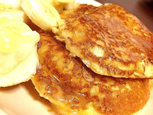 今回のプロテイン・スフレパンケーキはスイーツにもなり、甘くないのでお食事パンケーキとしてもお召し上がり頂けます。 また、小麦粉、牛乳、生クリーム、バター、砂糖も使用せずに材料もたった3つだけ!卵の白身でメレンゲを作る事によってプロテインだけでもふわふわなパンケーキが焼き上がります。 プロテイン・スフレパンケーキの材料 たんぱく質 12.5g / 116kcal(1枚当たり) <材料(2枚分)> プロテインパウダー 20g たまご 2個 豆乳 30cc プロテイン・スフレパンケーキの作り方 (1…
