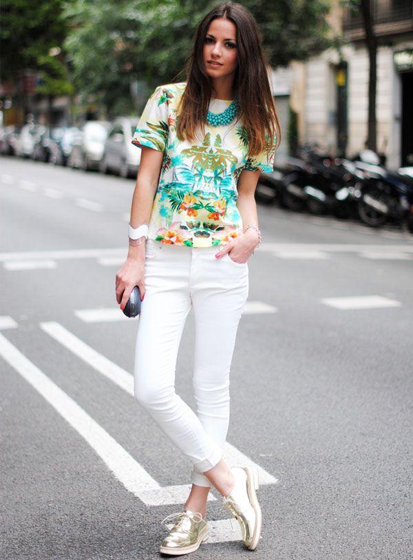 look verao calca branca blusa estampada