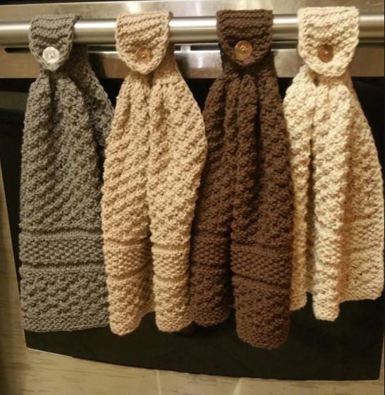 Côté tricot, pourquoi ne pas se laisser tenter par ce joli modèle d'essuie-mains… Je la trouve tout à fait magnifique ! Jolie et pratique, on peut la suspendre à la poignée du four. :-)…