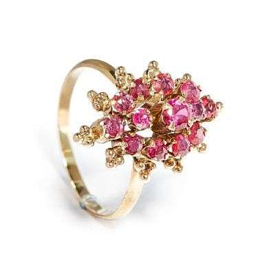 RING  Gold 14 K.  Executive with 12 rubies and a synthetic ruby.  Total weight: 2.5 g.  SIZE 56