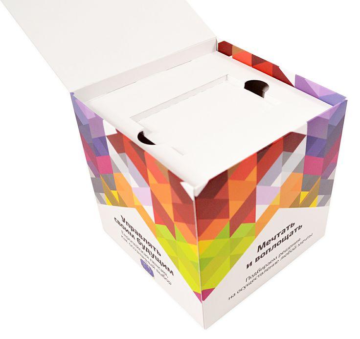 Изнутри - картонный ложемент для флешки-карточки (usb флешка, имеющая размеры пластиковой карты).