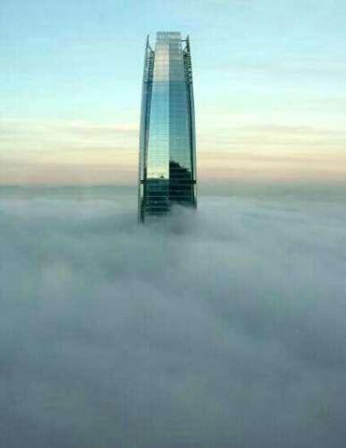 Neblina en Santiago, torre del edificio Costanera Center.
