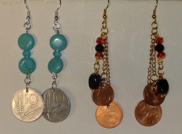 Orecchini con perle e monete.