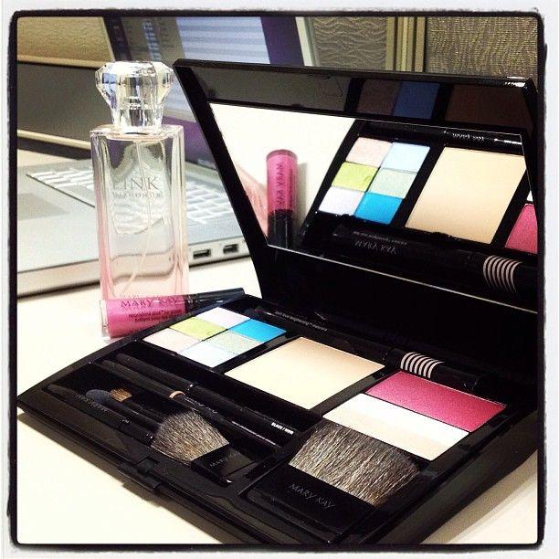 Estojo cheio de cores e um perfume delicioso na imagem da Mary Kay México!