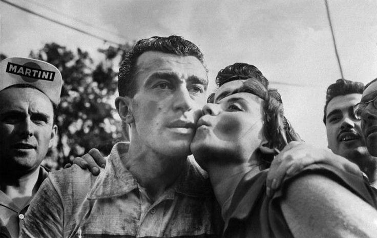 Tour de France 1955. 3^Tappa, 9 luglio. Roubaix > Namur. Louison Bobet (1925-1983) riceve un bacio di congratulazioni dalla cantante e attrice belga Annie Cordy (1928) per la sua vittoria nella 3^Tappa