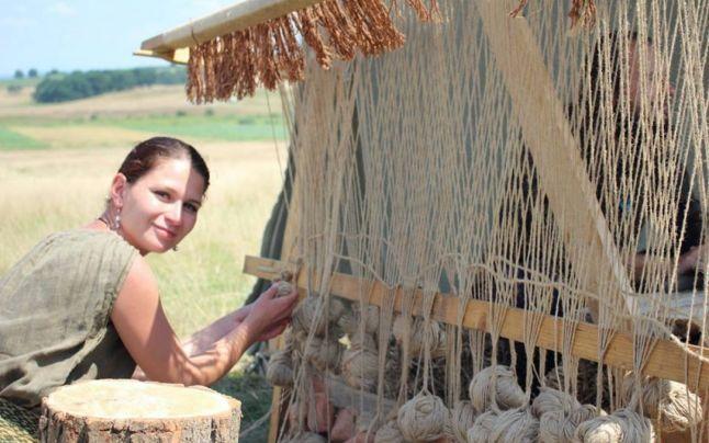 Tabără de arheologie experimentală pentru copii. Vor învăţa să confecţioneze cămăşi din zale şi vase din lut