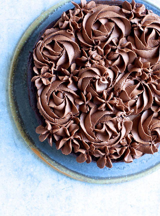 """Jeg elsker en god chokoladekage – hvem gør ikke det? Denne choko-sag er lidt anderledes end andre chokoladekager, for den indeholder nemlig ikke mel eller alm. sukker, men i stedet masser af god kakao og mørk chokolade. Faktisk kunne denne opskrift godt have fundet sin vej til min næste kogebog """"Sunde Søde Sager"""", som meget …"""
