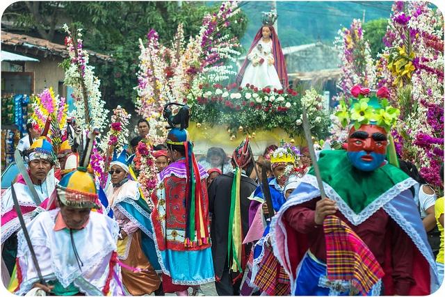 Danza de los historiantes durante procesión de las palmas (Panchimalco)