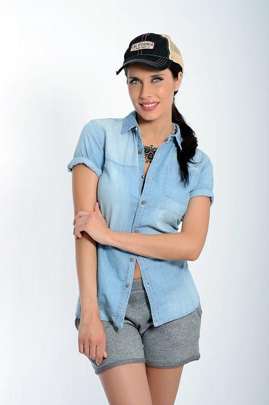 Look POR LA GORRA  Camisa de New Caro, shorts de Only, gorra de Jack & Jones y collar de Alibey.