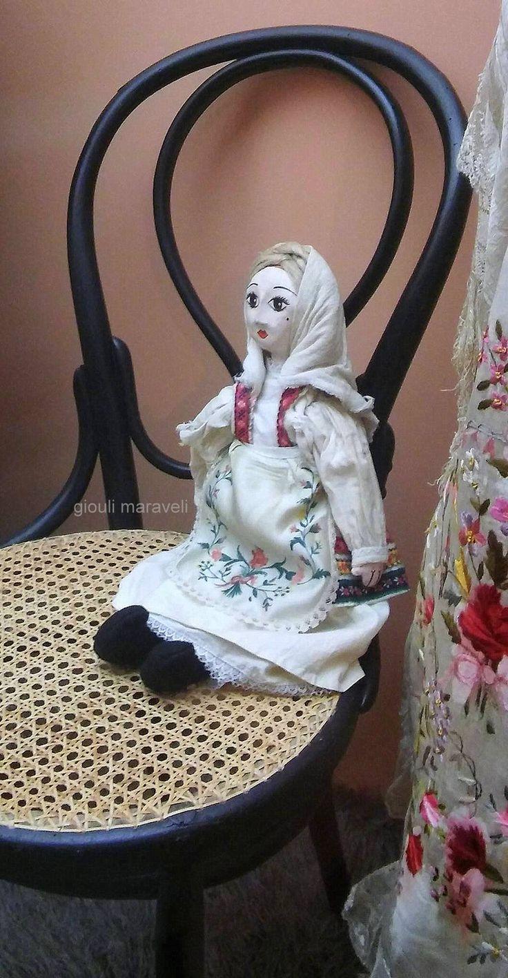 Χειροποίητη πάνινη κούκλα ντυμένη με χειροποίητη παραδοσιακή ενδυμασία.