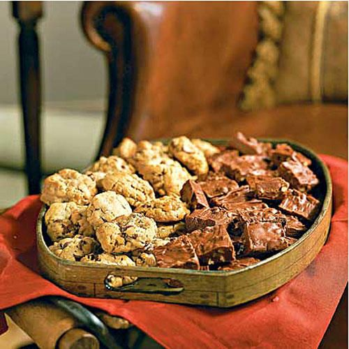 Double-Chip Peanut Butter-Granola Cookies - Best-Loved Cookies and Bars - Southernliving. Recipe: Double-Chip Peanut Butter-Granola Cookies Since these are filled with oats and two kinds of chocolate, it's no wonder readers give these cookies all-around rave reviews. And so they should, since their name says it all: double chip. In this case, a mix of semisweet chocolate morsels and peanut butter morsels is mixed into dough that also includes a cup of crunchy peanut butter—in case there was…