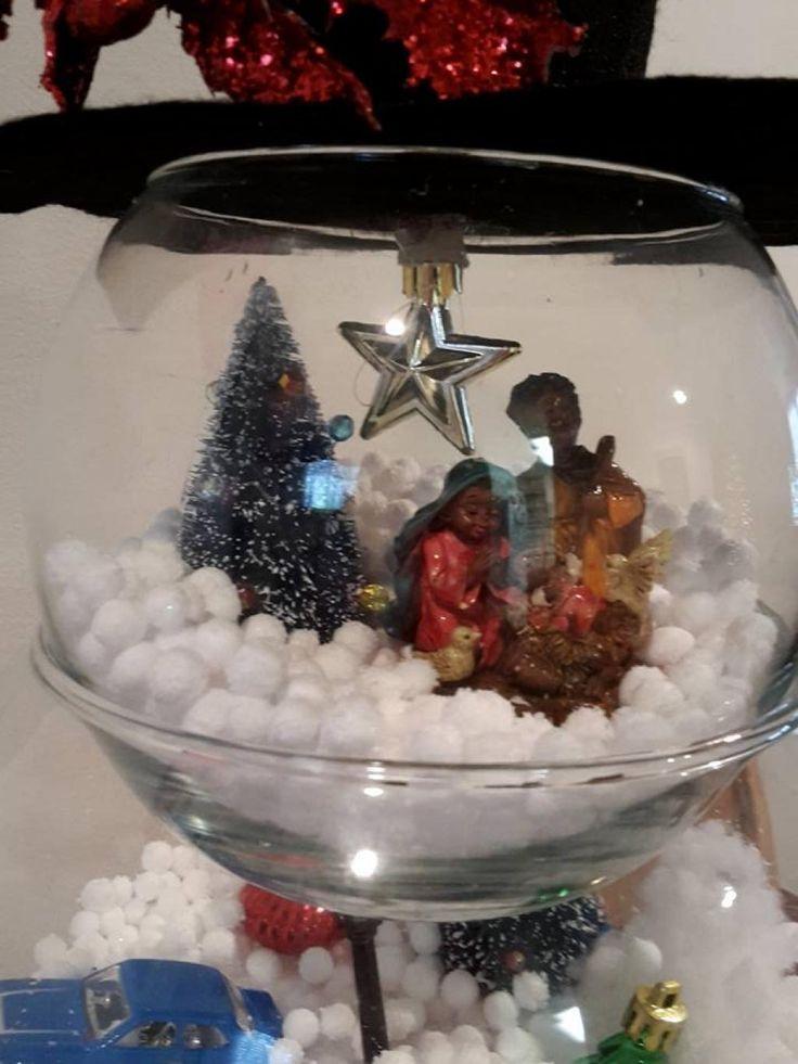 Elle ajoute de la neige artificielle dans un 1er bocal à poisson! Une fois terminé... Sa réalisation est merveilleuse! - Décorations - Trucs et Bricolages