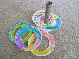 ringen over de kegel gooien van kartonnen bordjes en een keuken rol kan je snel dit maken voor veel plezier de bordjes kan je ook laten kleuren door de peuters zelf waardoor het voor hen nog leuker wordt om er mee te spelen het is dan wel de bedoeling dat de bordjes over de keuken rol gaan