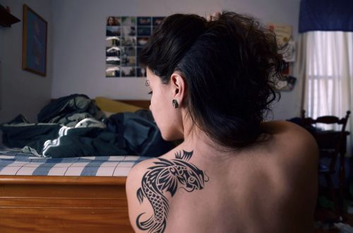 Tatuaje tribal de los pescados de Koi en el hombro