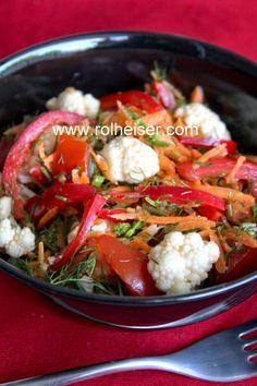 Очень вкусный салат из сырой цветной капусты и помидоров, фото