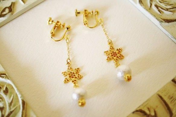 金色の雪の結晶が耳元できらきら揺れるロングタイプのイヤリングです。 白いコットンパールがアクセントになります。 冬のふんわりコーディネートにぴったりのイヤリン...|ハンドメイド、手作り、手仕事品の通販・販売・購入ならCreema。