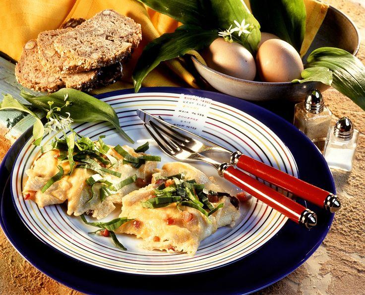 Speck-Rührei mit Bärlauch - perfektes Sonntagsfrühstück! Zum Rezept >> http://eatsmarter.de/rezepte/speck-ruehrei-mit-baerlauch