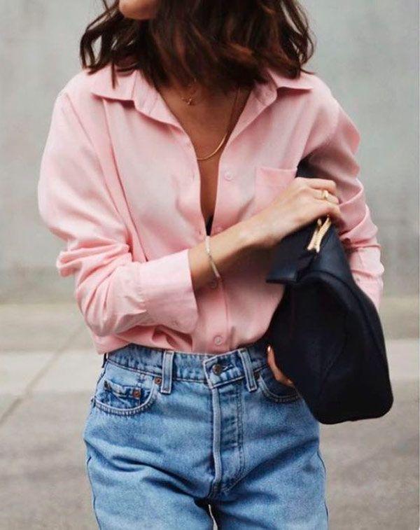 Rosa Millennial no office look é super permitido e dá uma alegria ao look. Combine a camisa com calça jeans de cintura alta e bolsa preta.