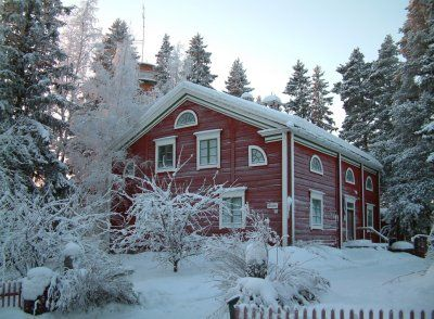 Kurikan museo vie sinut kivikaudelta 1800-luvun vanhaan tupaan, 1672 rakennetun saarnahuoneen muistojen äärelle ja tutustumaan kurikkalaisen yrittäjyyden juurille. Hyppää jopparille, lähde mukaan Samuli Paulaharjun, kirjailijan synnyinseudulle.  www.kurikka-seura.fi