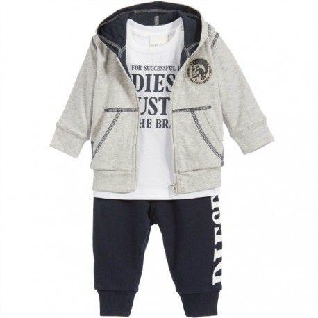 COMPLETO BIMBO DIESEL Completino da neonato della Diesel Baby in morbido jersey composto da tre pezzi, una felpa grigia con zip e cappuccio, una t-shirt bianca a manica corta e un pantalone felpato blu. Tuta bimbo Diesel pratica e comoda, per tutte le occasioni.  #diesel #dieselkid #dieselbaby #completo #t-shirt #felpa #pantalone #neonati #newborn #kid #junior #child #children #abbigliamento #clothing #shoponline #ecommerce #fashion #moda #saldi #sconti #promozioni