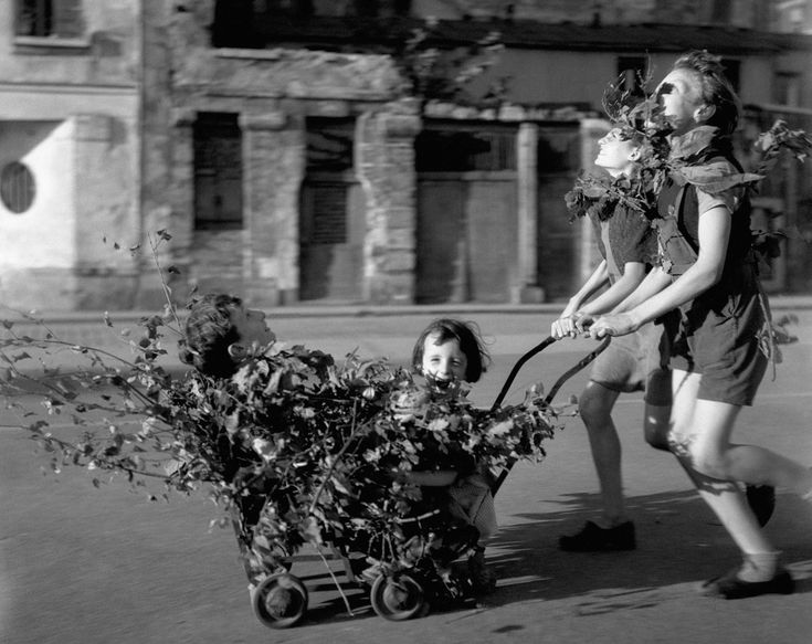 Camouflage - Liberation of Paris in August 1944 in Paris, France © Robert Doisneau / Rapho