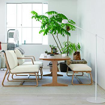 一見普通のダイニングテーブルと椅子ですが、実はテーブルの高さが低めで椅子の座面はソファのように広め。 ダイニングテーブル&チェアとしてもリビングテーブル&ソファとしても快適に使えますよ♪