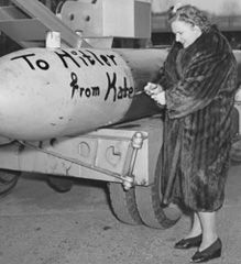 During World War II, singer Kate Smith sold $ 600 million in defense bonds. Photo courtesy of the Howard Gotlieb Archival Research Center