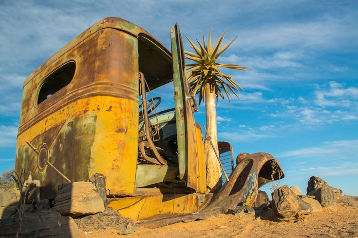In de woestijn achtergelaten auto